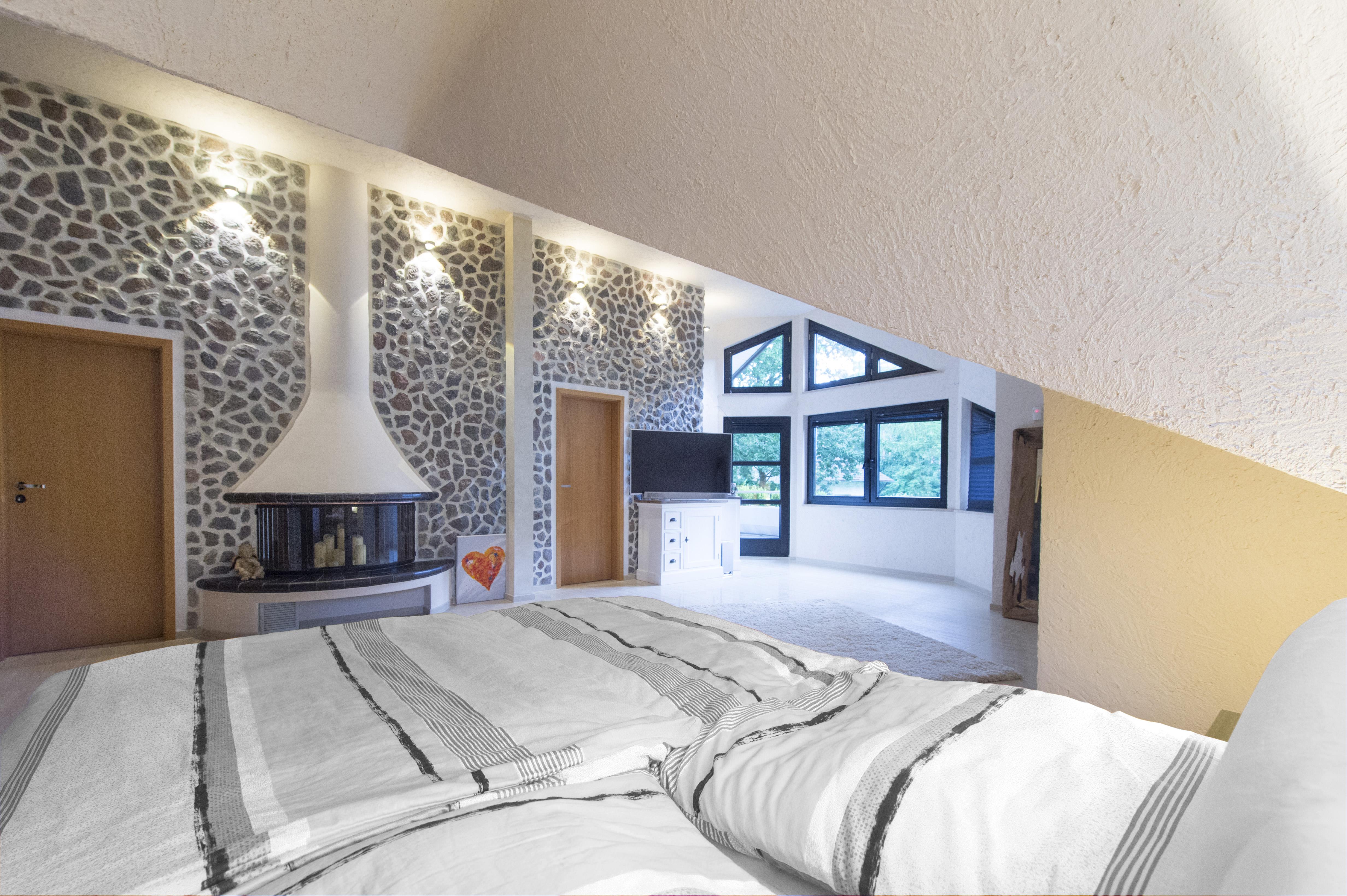 In diesem Schlafzimmer sorgen Farbe und Licht für ein optimales Wohlfühlerlebnis.